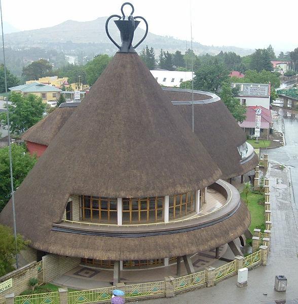 Коническая камышевая крыша