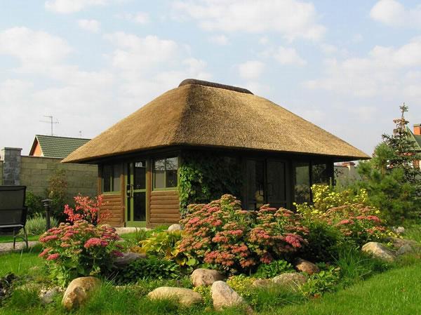 вальмовая камышовая крыша