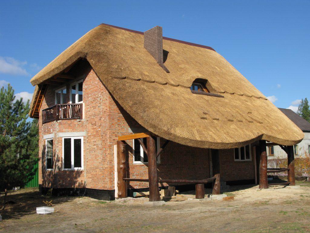 полувальмовая камышовая крыша