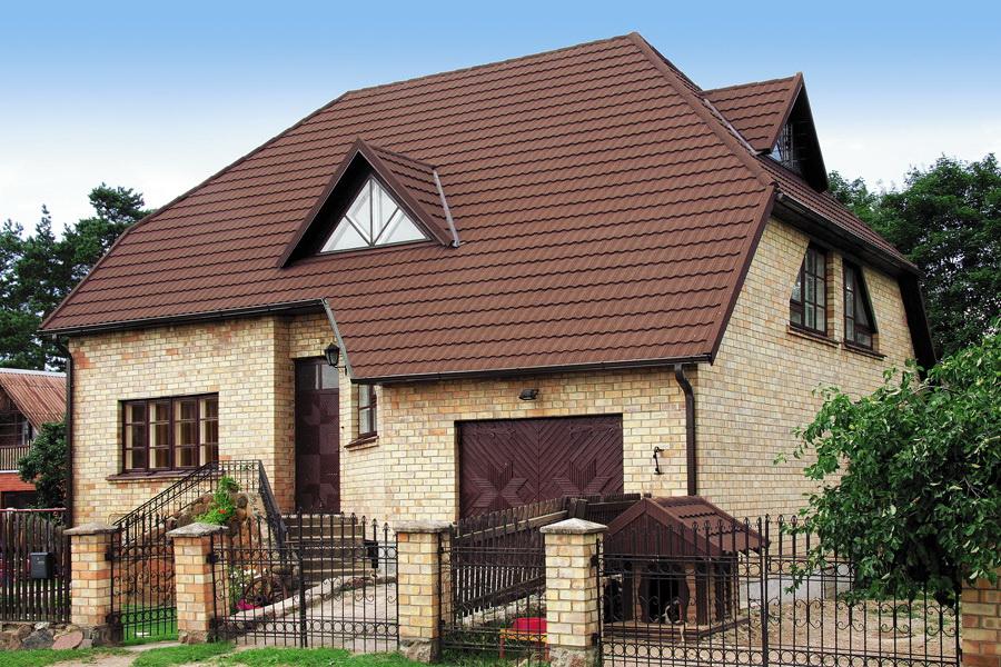 полувальмовая крыша из композитной металлочерепицы