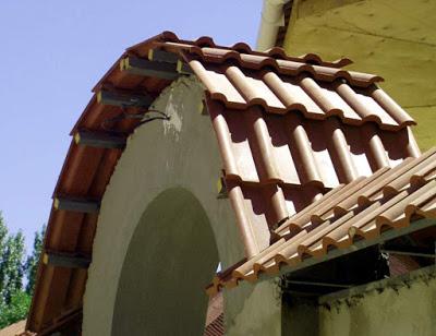 Сводчатая крыша из цементно-песчаной черепицы